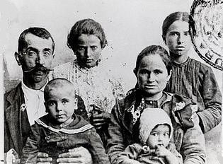 Italian_emigrants_departing_genoa_circa_1900