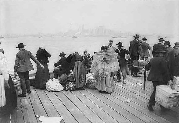 Italian_emigrants_ellis_island_1900s