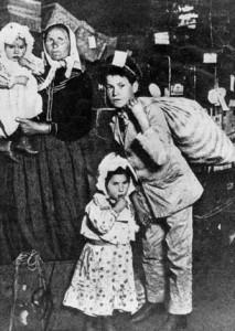 migrant_family_lewis_hine_1905
